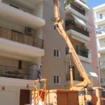 εξωτερικές επισκευές κτιρίου με χρήση καλαθοφόρου