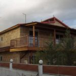 χρωματισμός όλων των ξύλινων επιφανειών της οικίας