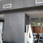 stucco σε τοίχο καταστήματος